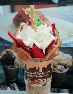 Bubble waffle con fresas